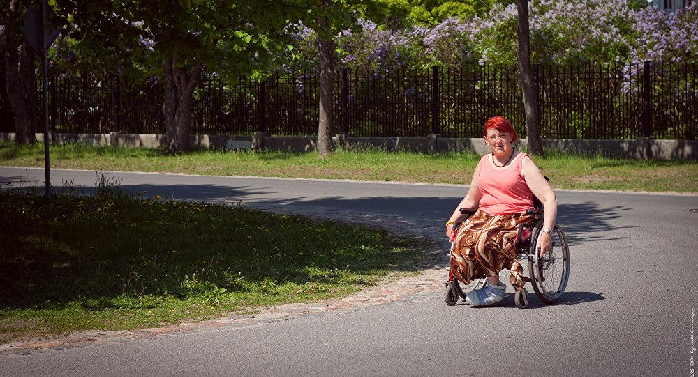 Sieviete invalīda ratiņkrēslā