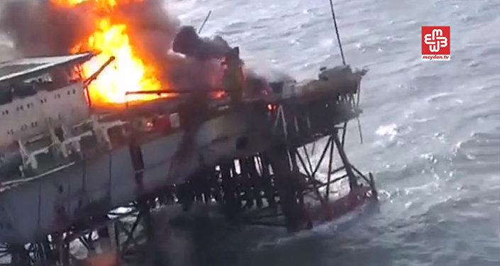 Пожар на нефтедобывающей платформе в Каспийском море