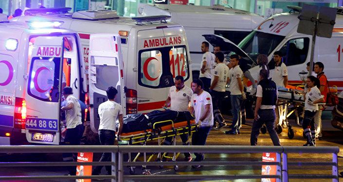 На месте теракта в международном аэропорту Ататюрка в Стамбуле, Турция