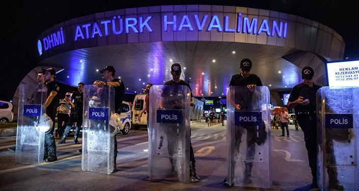 На месте теракта в международном аэропорту Ататюрка в Стамбуле, Турция. Архивное фото