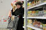 Покупатель в магазине, архивное фото