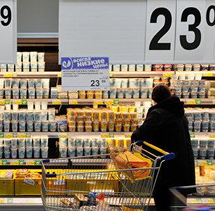 Молочная продукция на витрине супермаркета