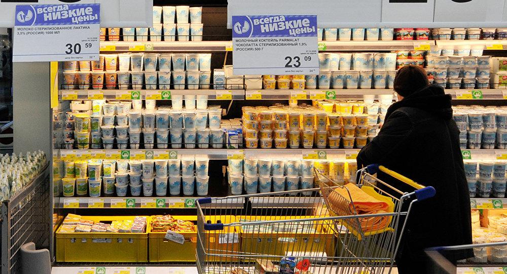 Молочная продукция на витрине супермаркета. Архивное фото