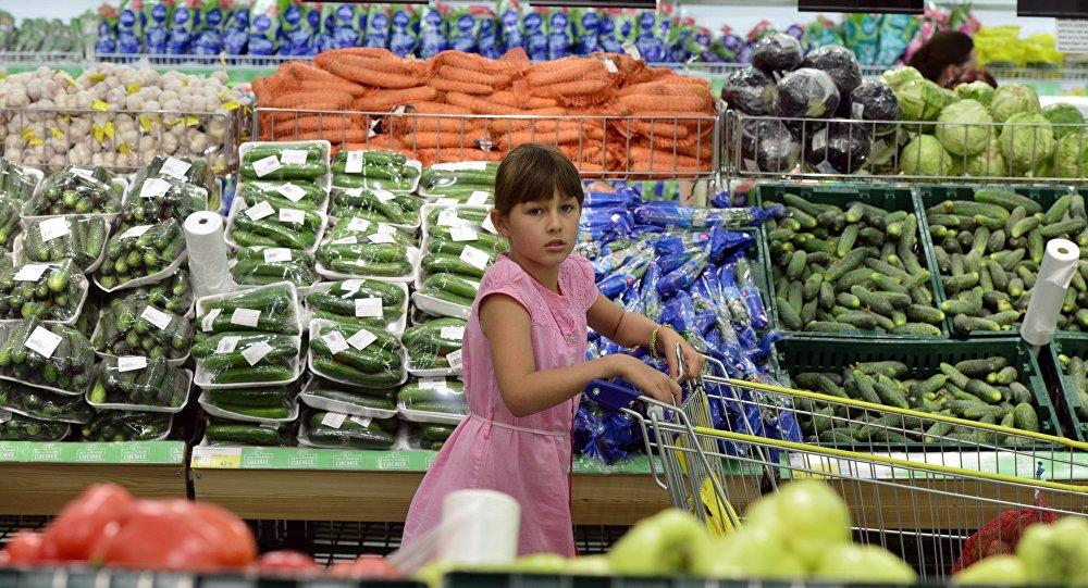 Девочка в овощном отделе гипермаркета