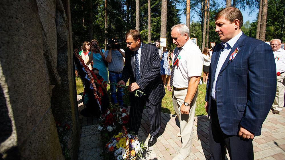 Церемония возложения цветов у памятника Марии Пынто на российской стороне