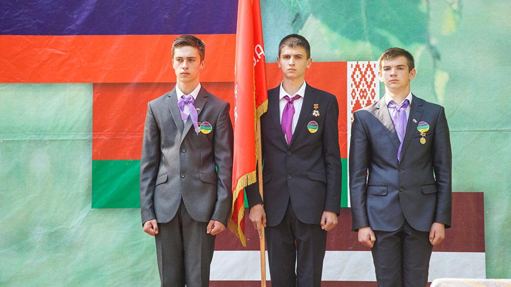 Ученики старших классов в почётном карауле со Знаменем Победы