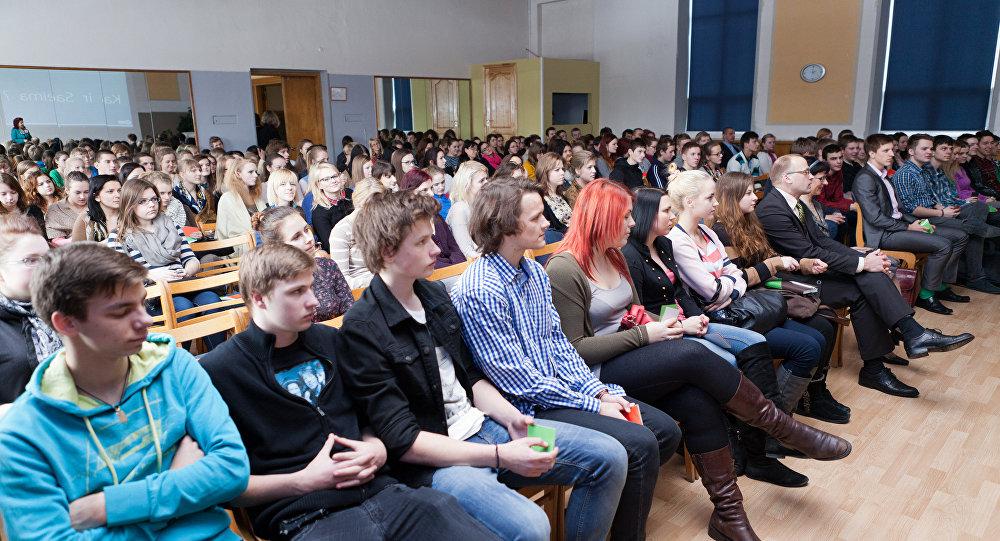 Молодые люди в зале. Архивное фото