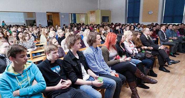Молодые люди в зале