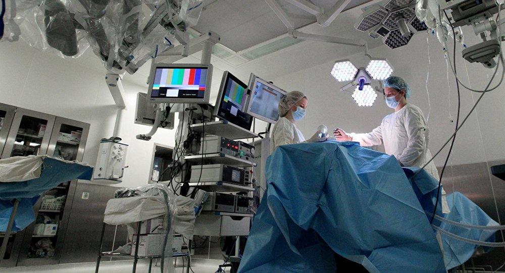 Врачи готовятся к операции. Архивное фото