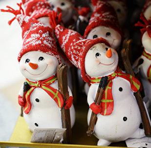 Фигурки снеговиков, архивное фото