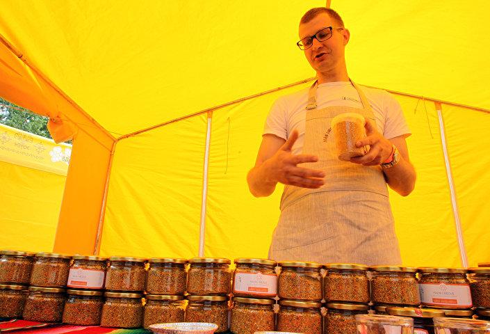 Пчеловод Сандрис показывает свою продукцию
