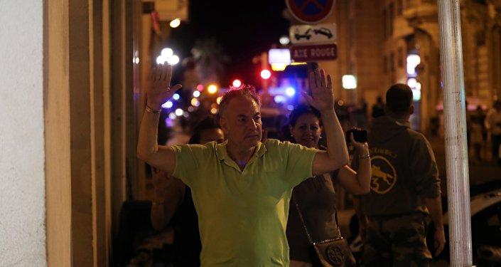 Проверки людей полицейскими сразу после теракта в Ницце. Архивное фото