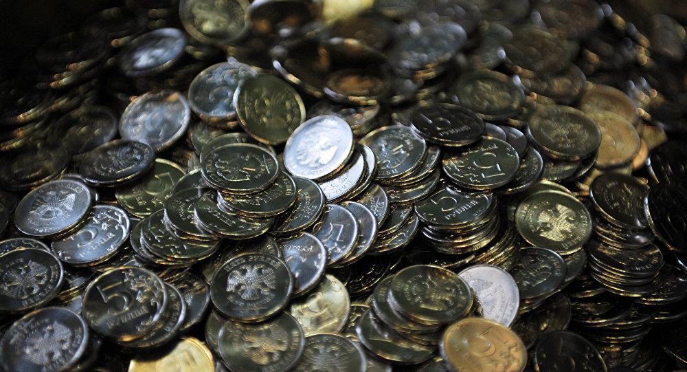 Российские пятирублевые монеты . Архивное фото