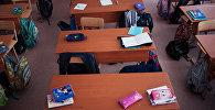 Пустые парты в школе