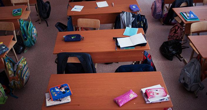 Пустые парты в школе, архивное фото