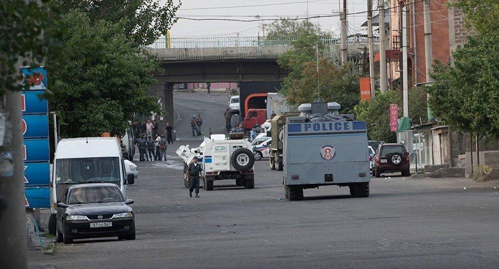 В ереване вооруженные люди захватили здание полиции и взяли заложников