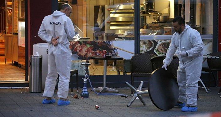 На месте нападения беженца с мачете в Ройтлингене, Германия