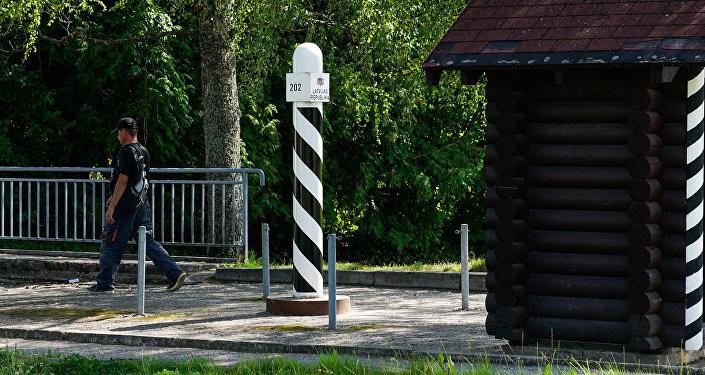 Житель Латвии пересекает границу в сторону Эстонии