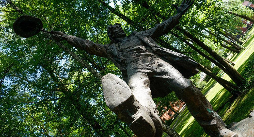 Памятник книжному герою, романтику Томасу Нипернаади в Валге
