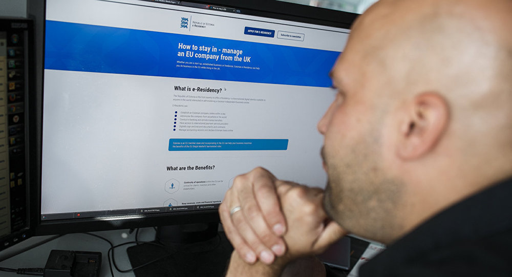 Interneta resursa pārlūkošana datora monitorā