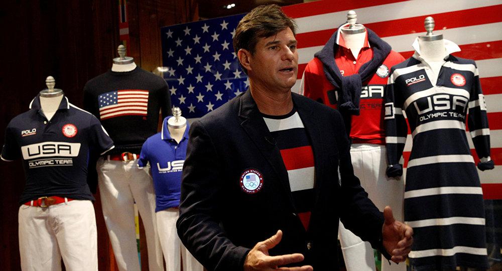 Klifs Meidls, ASV izlases karognesis 2000. gada Olimpiskajās spēlēs, demonstrē amerikāņu atlētu parādes formu 2016. gada spēlē Riodežaneiro