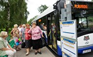 Пассажиры на автобусной остановке
