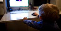Bērns pie datora. Foto no arhīva