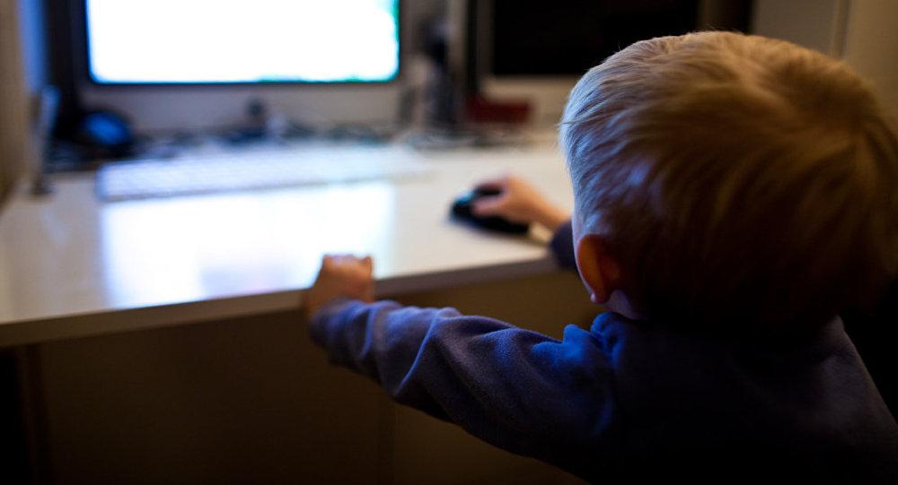 Bērns pie datora. Foto no arhīva.