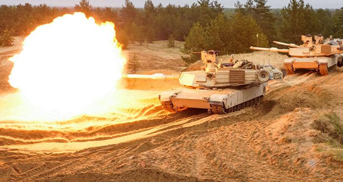 Стрельбы американских тяжёлых танков Abrams M1A2. Архивное фото