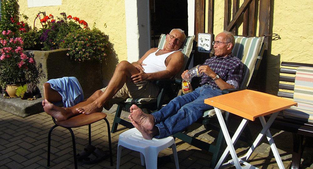 Cienījama vecuma vīrieši atpūtā. Foto no arhīva