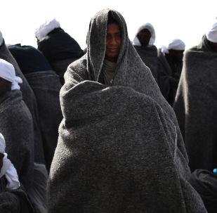 Беженцы в итальянском порту Кальяри