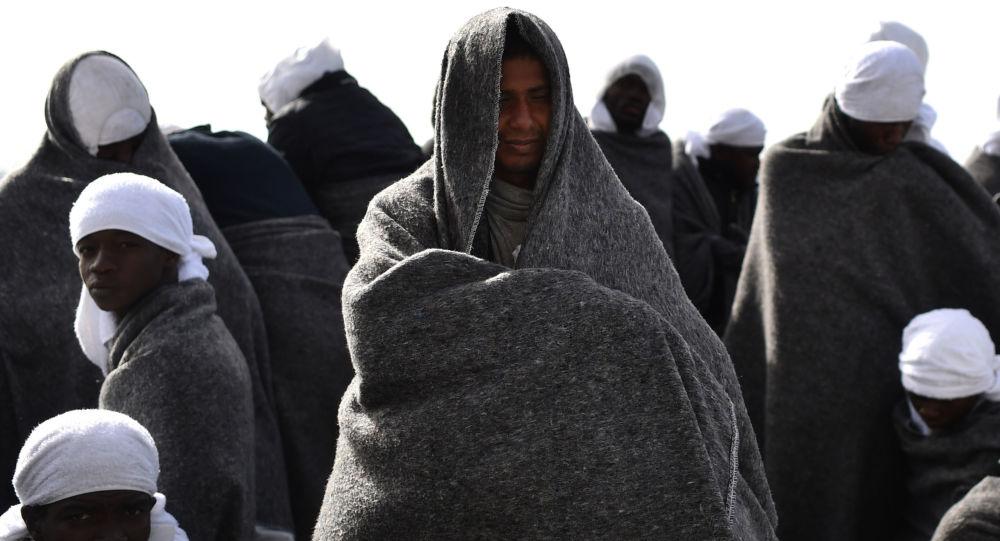 Беженцы в итальянском порту Кальяри, архивное фото