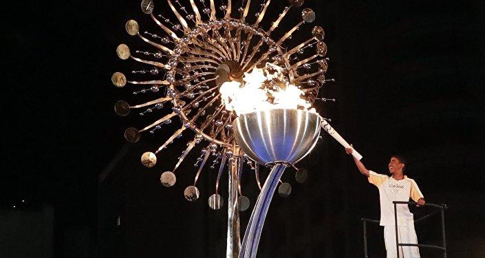 XXXI vasaras Olimpisko spēļu uguni Marakana stadionā Riodežaneiro iededza 2004. gada Olimpisko spēļu bronzas medaļas ieguvējs brazīliešu maratonists Vanderjels Kordeiru