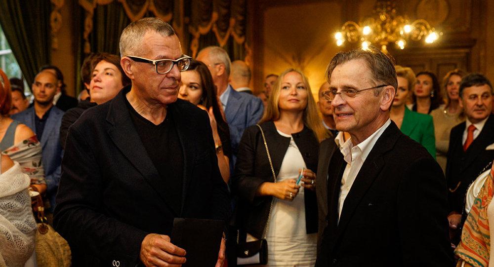 Андрей Ургант изучающе оглядывает Михаила Барышникова: Так вот он какой!