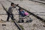Zēns ar ratiņiem bēgļu nometnē Grieķijā. Foto no arhīva.