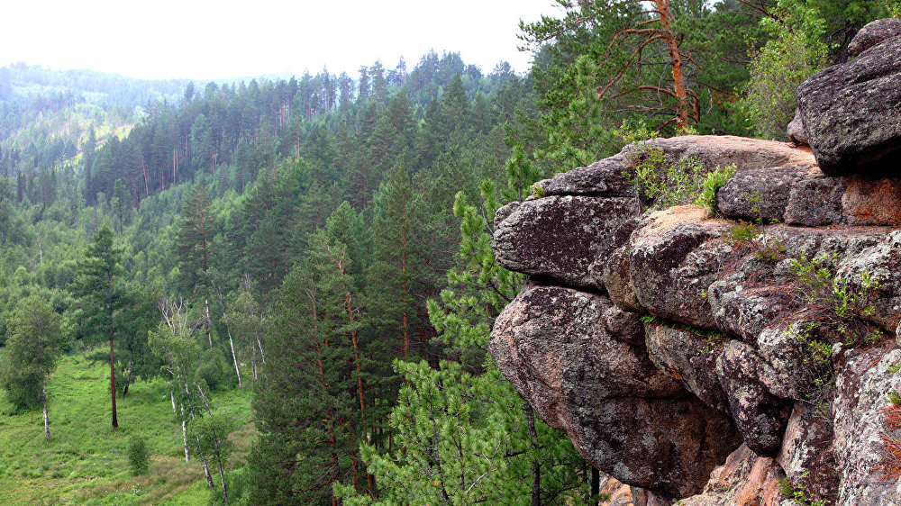 Karavīra klints Mēle. Šeit atpūšas tie, kas atnākuši pa klints grēdu, un atvelk elpu tie, kas pa trosēm kāpuši pa aizu