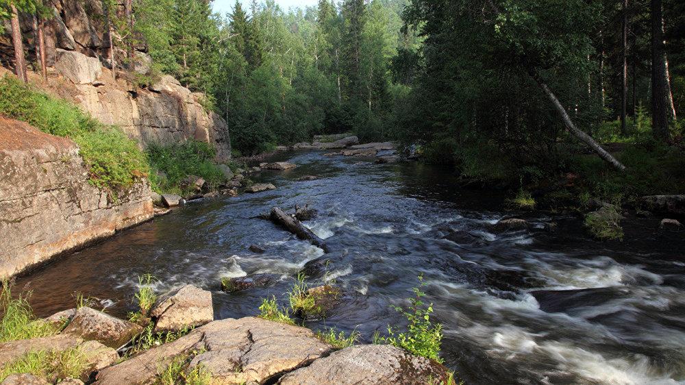 Kalnu upe Karavīra pakājē