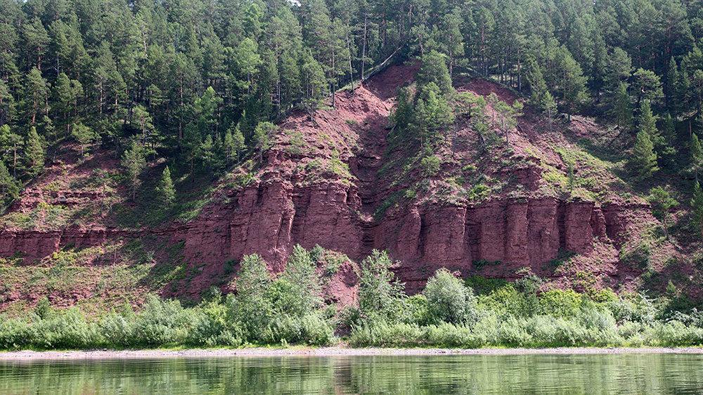 Sarkanās klintis Ļenas upes krastos netālu no Žigalovo ciema