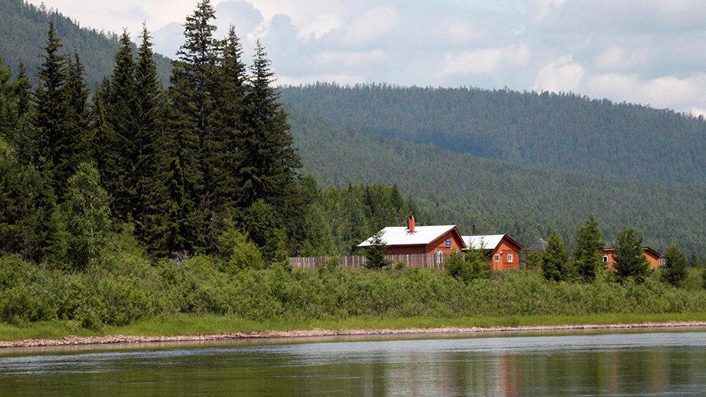 Ciems Ļenas krastos. Šeit ir vairāki ciemi, līdz kuriem nokļūt iespējams tikai pa upi