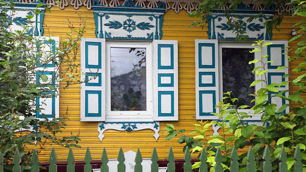 Šādas mājiņas redzamas Žigalovo ciemā. Visi cenšas pārspēt kaimiņus