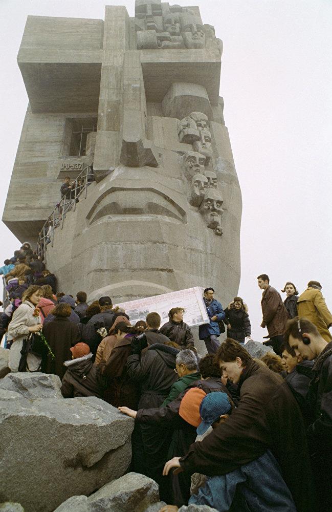 Жители Магадана у монумента Маска скорби