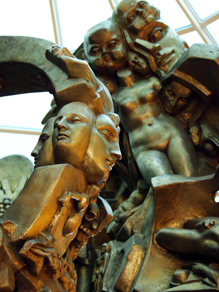 Скульптура Древо Жизни в вестибюле моста Багратион