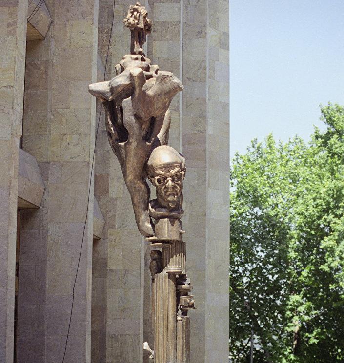 Памятник философу Мерабу Мамардашвили в Тбилиси