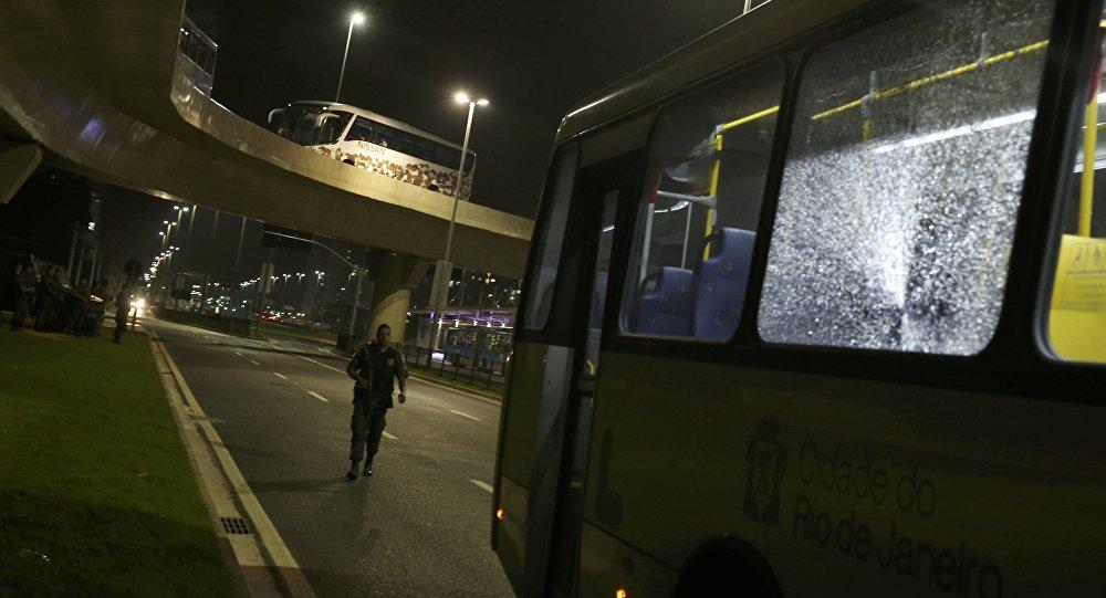 Поврежденный автобус в Рио
