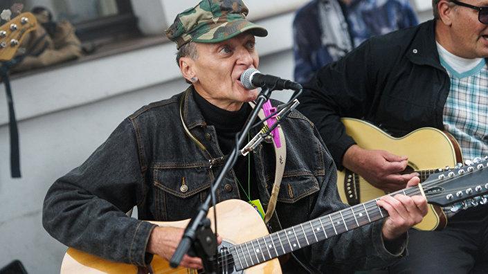 Латвийский рок-музыкант Андрей Яхимович (Яхим) на улице Аудею