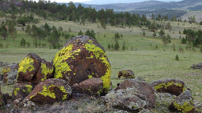 Сад камней на вершине холма в Тажеранской степи