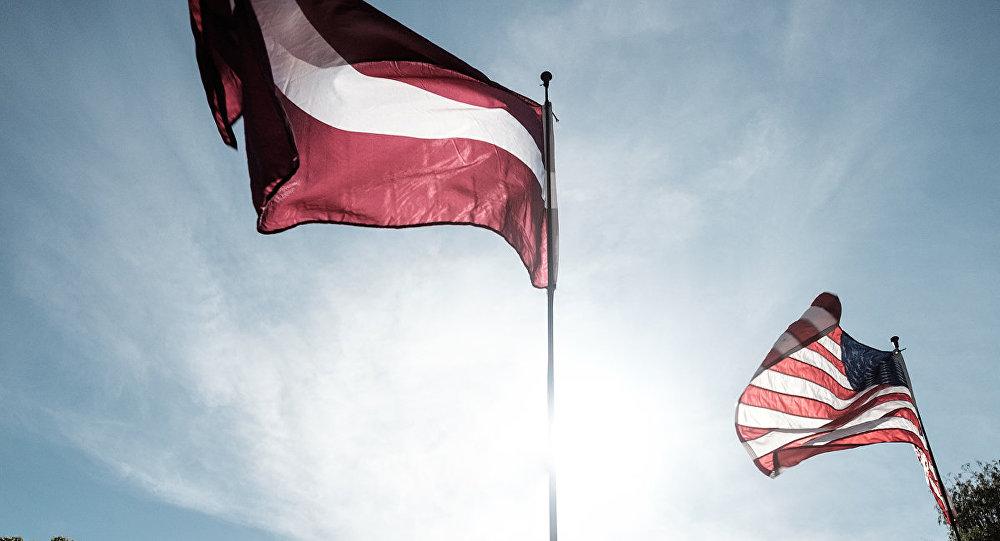 Latvijas un ASV karogs