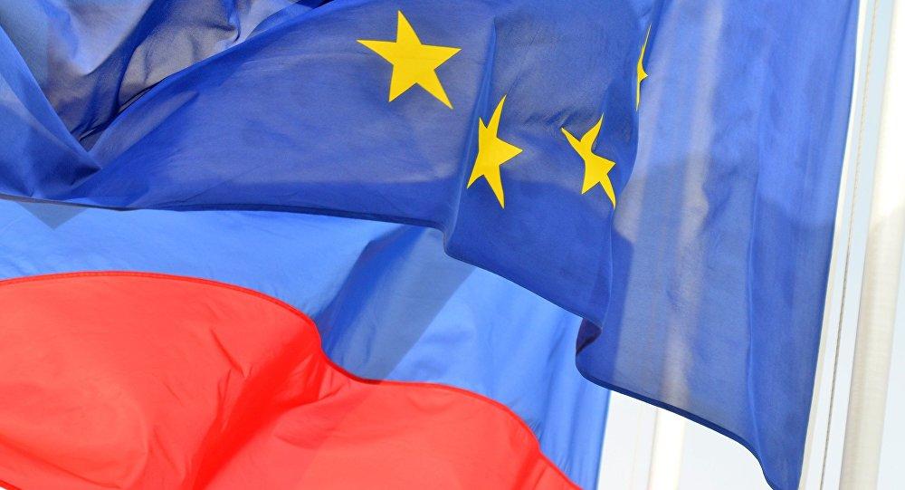 ES un Krievijas karogi