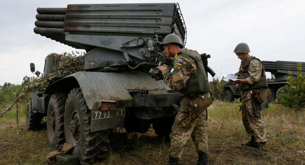 Украинские военные рядом с реактивной системой залпового огня Град
