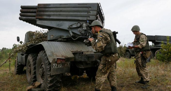 Ukraiņu karavīri kopā ar reaktīvas artilērijas kompleksu Grad. Foto no arhīva